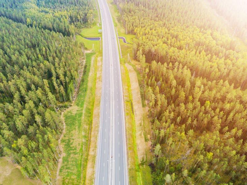 Вид с воздуха шоссе в городе Автомобили пересекая мост взаимообмена Взаимообмен шоссе с движением Воздушное фото глаза ` s птицы  стоковое фото rf