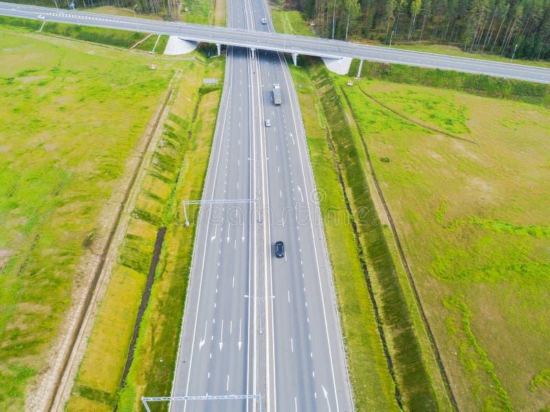 Вид с воздуха шоссе в городе Автомобили пересекая мост взаимообмена Взаимообмен шоссе с движением Воздушное фото глаза ` s птицы  стоковое изображение rf