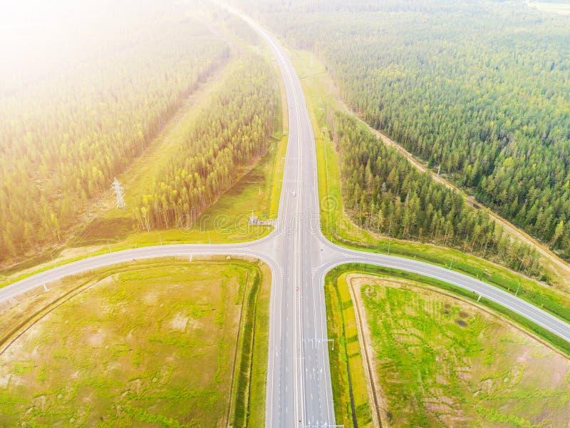 Вид с воздуха шоссе в городе Автомобили пересекая мост взаимообмена Взаимообмен шоссе с движением Воздушное фото глаза ` s птицы  стоковые изображения rf