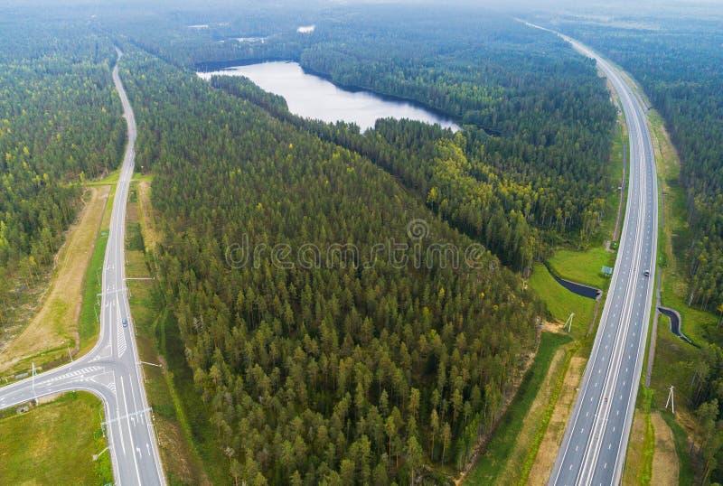 Вид с воздуха шоссе в городе Автомобили пересекая мост взаимообмена Взаимообмен шоссе с движением Воздушное фото глаза ` s птицы  стоковые фотографии rf