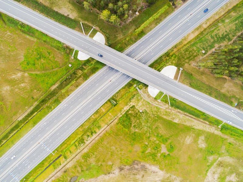 Вид с воздуха шоссе в городе Автомобили пересекая мост взаимообмена Взаимообмен шоссе с движением Воздушное фото глаза ` s птицы  стоковые фото