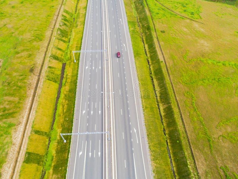 Вид с воздуха шоссе в городе Автомобили пересекая мост взаимообмена Взаимообмен шоссе с движением Воздушное фото глаза ` s птицы  стоковая фотография rf