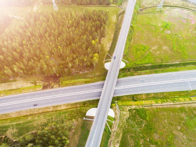 Вид с воздуха шоссе в городе Автомобили пересекая мост взаимообмена Взаимообмен шоссе с движением Воздушное фото глаза ` s птицы  стоковое изображение