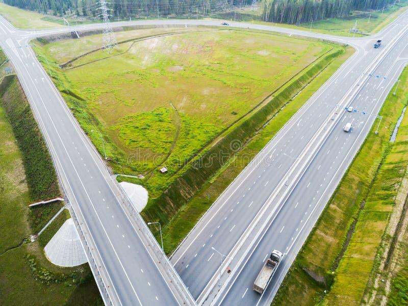 Вид с воздуха шоссе в городе Автомобили пересекая мост взаимообмена Взаимообмен шоссе с движением Воздушное фото глаза ` s птицы  стоковая фотография