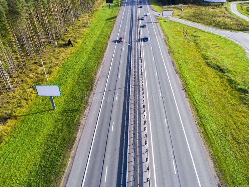 Вид с воздуха шоссе в городе Автомобили пересекая мост взаимообмена Взаимообмен шоссе с движением Фото глаза воздушной птицы h стоковое фото