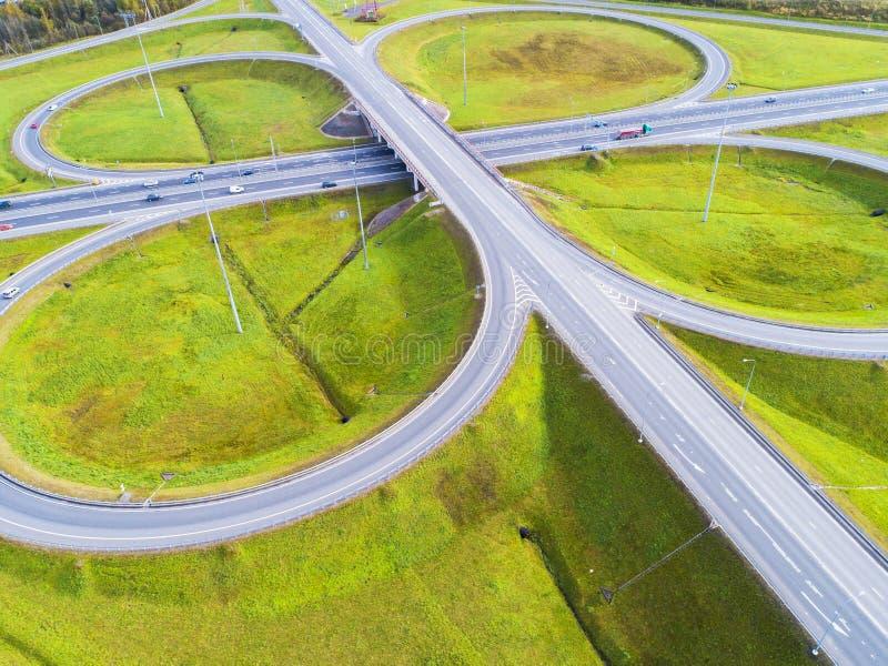 Вид с воздуха шоссе в городе Автомобили пересекая мост взаимообмена Взаимообмен шоссе с движением Воздушное фото глаза ` s птицы  стоковые изображения