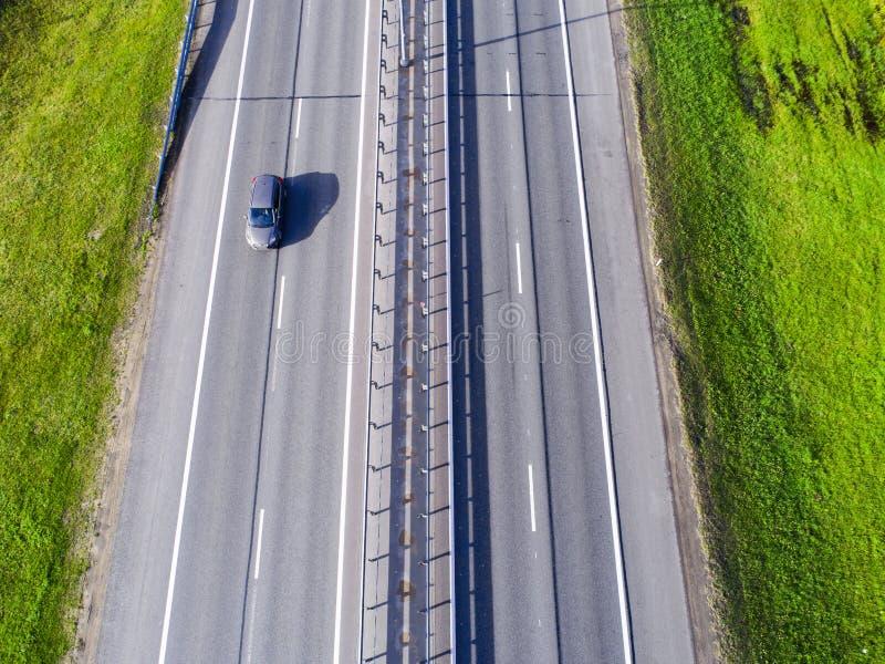 Вид с воздуха шоссе в городе Автомобили пересекая мост взаимообмена Взаимообмен шоссе с движением Воздушное фото глаза ` s птицы  стоковое фото