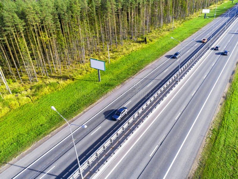 Вид с воздуха шоссе в городе Автомобили пересекая мост взаимообмена Взаимообмен шоссе с движением Фото глаза воздушной птицы h стоковое изображение