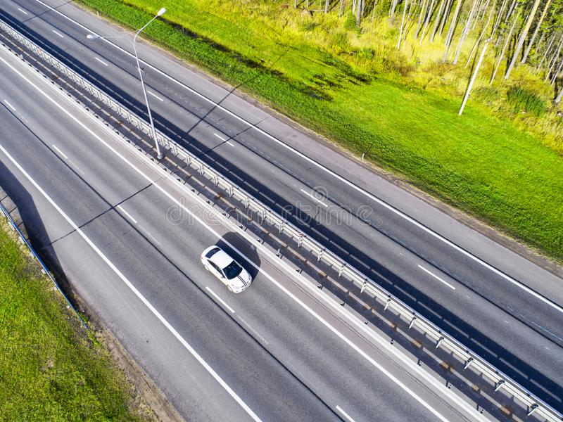 Вид с воздуха шоссе в городе Автомобили пересекая мост взаимообмена Взаимообмен шоссе с движением Фото глаза воздушной птицы h стоковая фотография rf