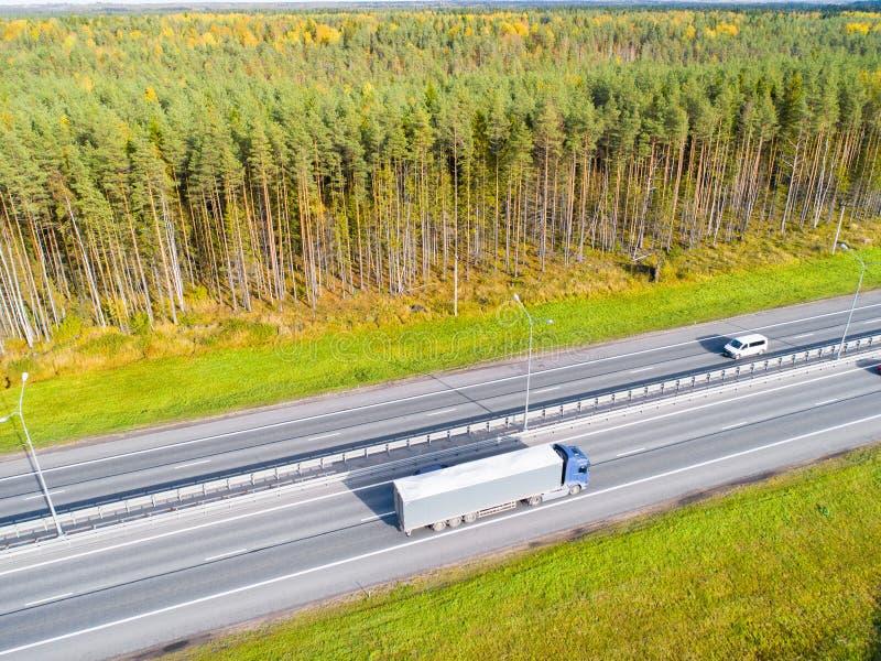 Вид с воздуха шоссе в городе Автомобили пересекая мост взаимообмена Взаимообмен шоссе с движением Фото глаза воздушной птицы h стоковое изображение rf