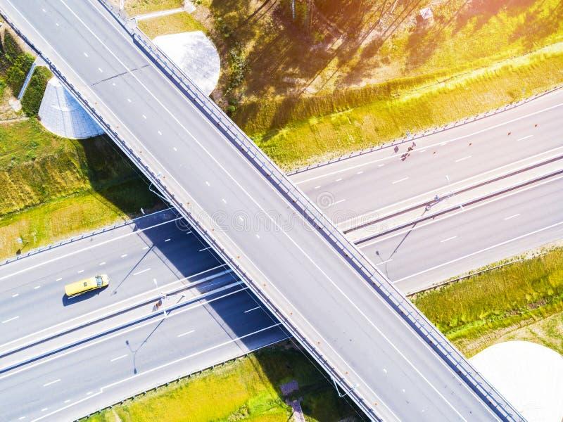 Вид с воздуха шоссе в городе Автомобили пересекая мост взаимообмена Взаимообмен шоссе с движением Фото глаза воздушной птицы h стоковые фото