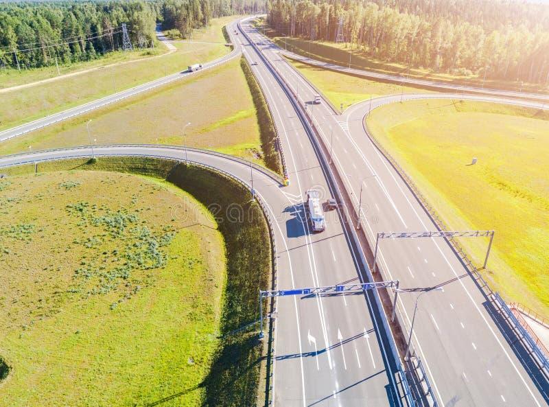 Вид с воздуха шоссе в городе Автомобили пересекая мост взаимообмена Взаимообмен шоссе с движением Фото глаза воздушной птицы h стоковые изображения