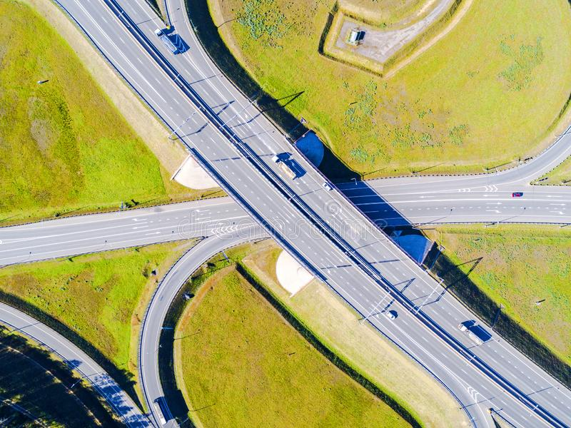 Вид с воздуха шоссе в городе Автомобили пересекая мост взаимообмена Взаимообмен шоссе с движением Фото глаза воздушной птицы h стоковые изображения rf