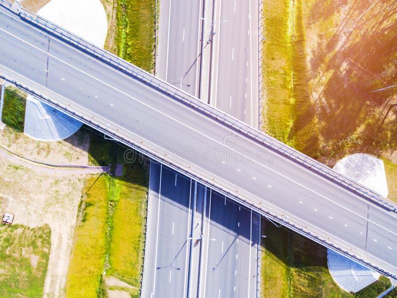 Вид с воздуха шоссе в городе Автомобили пересекая мост взаимообмена Взаимообмен шоссе с движением Фото глаза воздушной птицы h стоковое фото rf