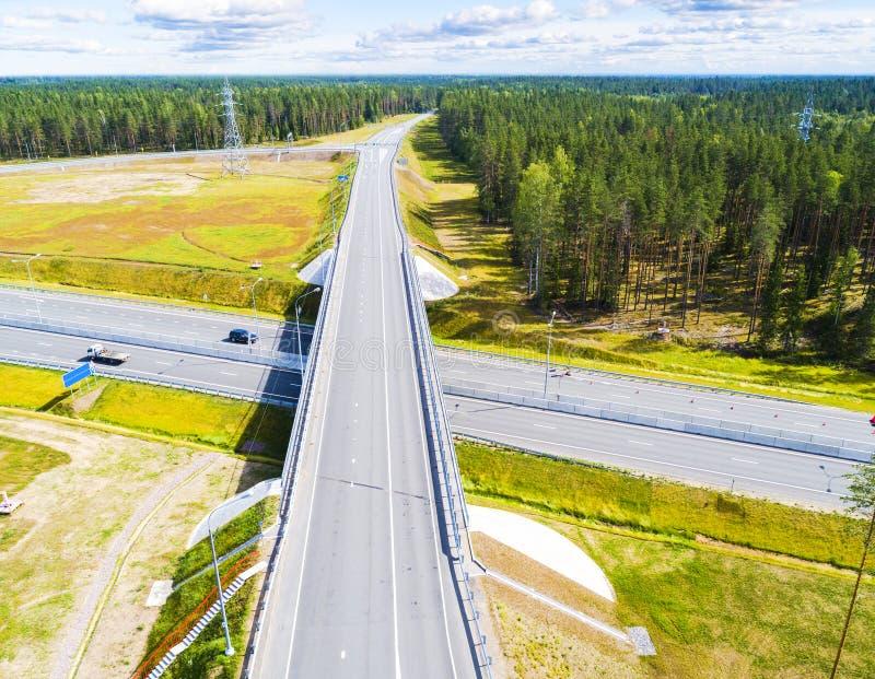 Вид с воздуха шоссе в городе Автомобили пересекая мост взаимообмена Взаимообмен шоссе с движением Фото глаза воздушной птицы h стоковые фотографии rf