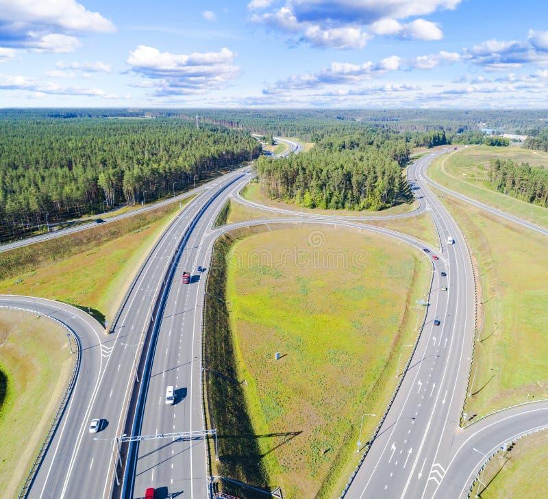 Вид с воздуха шоссе в городе Автомобили пересекая мост взаимообмена Взаимообмен шоссе с движением Фото глаза воздушной птицы h стоковая фотография