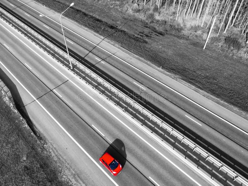 Вид с воздуха шоссе в городе Автомобили пересекая мост взаимообмена Взаимообмен шоссе с движением черная белизна expressway стоковое изображение