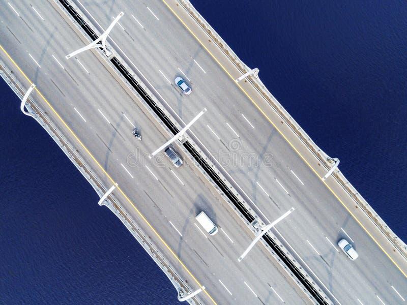 Вид с воздуха шоссе в океане Мост взаимообмена моста скрещивания автомобилей Взаимообмен шоссе с движением Воздушное ` s e птицы стоковые изображения