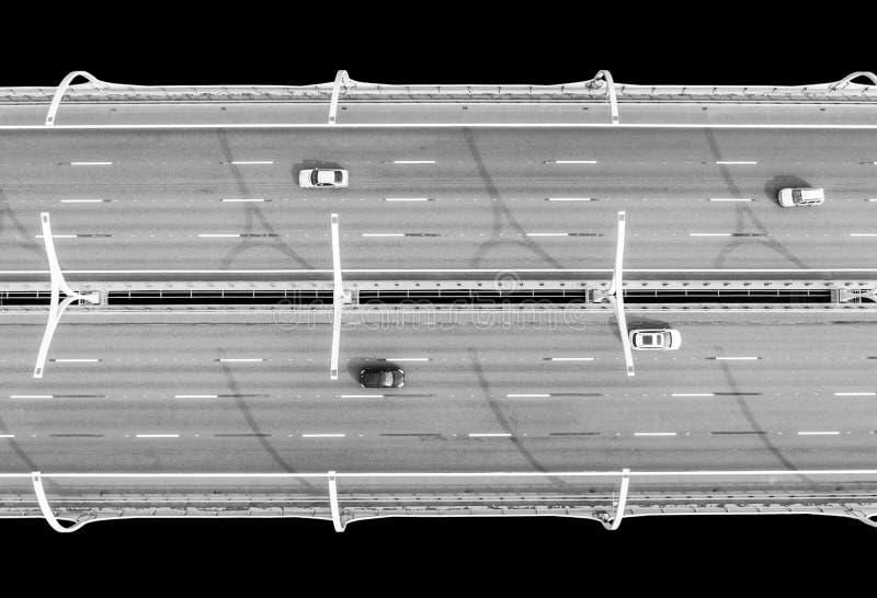 Вид с воздуха шоссе в океане Мост взаимообмена моста скрещивания автомобилей Взаимообмен шоссе с движением Воздушная птица ey стоковая фотография rf