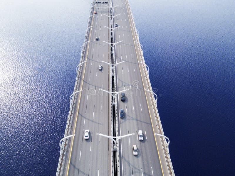 Вид с воздуха шоссе в океане Мост взаимообмена моста скрещивания автомобилей Взаимообмен шоссе с движением Воздушная птица ey стоковое изображение