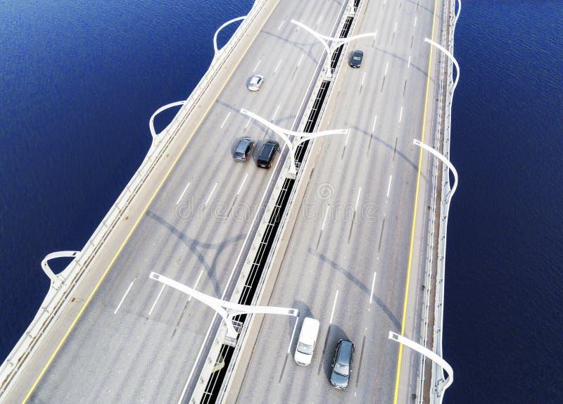 Вид с воздуха шоссе в океане Мост взаимообмена моста скрещивания автомобилей Взаимообмен шоссе с движением Воздушная птица ey стоковая фотография