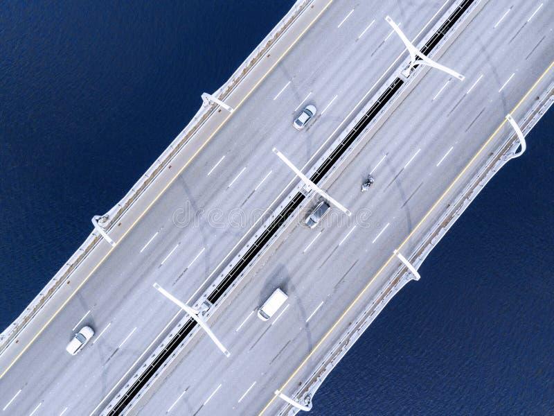 Вид с воздуха шоссе в океане Мост взаимообмена моста скрещивания автомобилей Взаимообмен шоссе с движением Воздушная птица ey стоковые фото