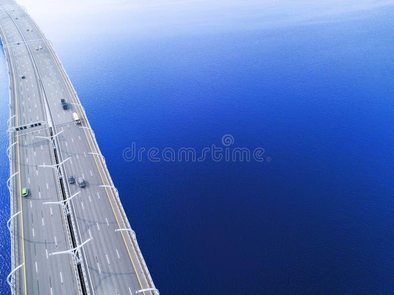Вид с воздуха шоссе в океане Мост взаимообмена моста скрещивания автомобилей Взаимообмен шоссе с движением Воздушная птица ey стоковое фото