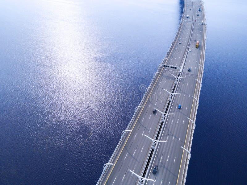 Вид с воздуха шоссе в океане Мост взаимообмена моста скрещивания автомобилей Взаимообмен шоссе с движением Воздушная птица ey стоковое фото rf