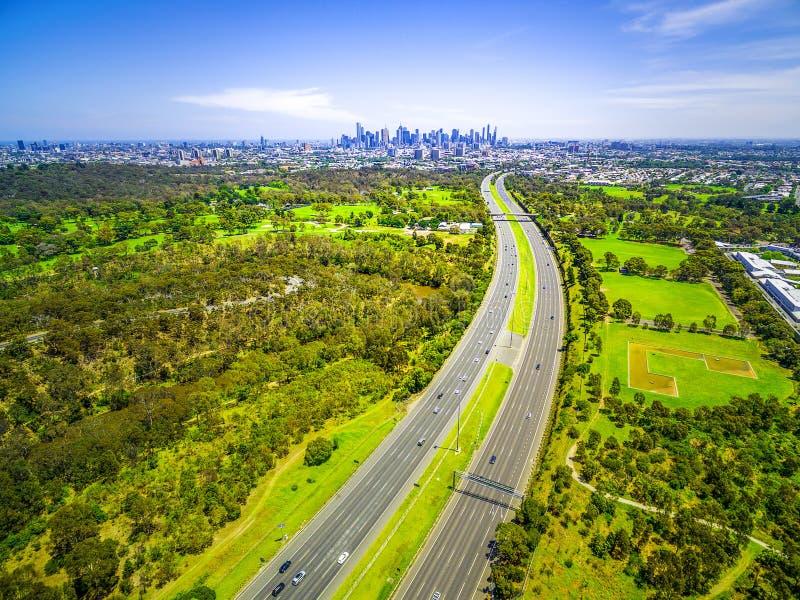 Вид с воздуха шоссе и горизонта города Мельбурна стоковые фото
