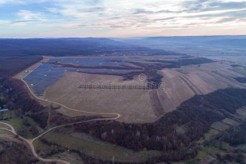 Вид с воздуха электрической станции и парка солнечной энергии стоковое изображение rf