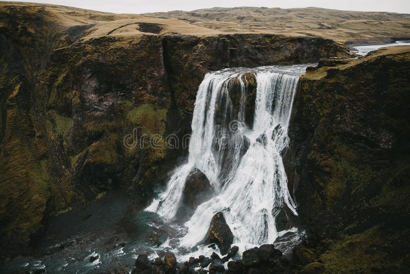 вид с воздуха эффектных водопада и утесов Fagrifoss стоковые фотографии rf