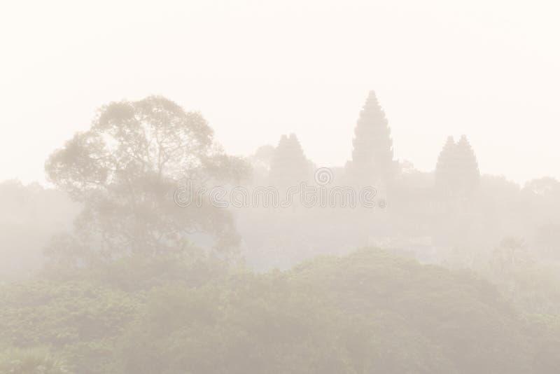 Вид с воздуха Angkor Wat в тумане стоковые изображения rf