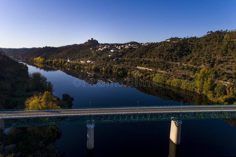 Вид с воздуха Belver Замка Castelo de Belver и деревни с мостом над Рекой Tagus на переднем плане, в Portug стоковое изображение