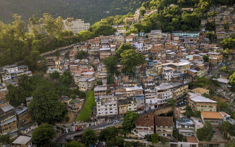 Вид с воздуха Favela в Cosme Velho в Рио-де-Жанейро, Бразилии стоковое изображение