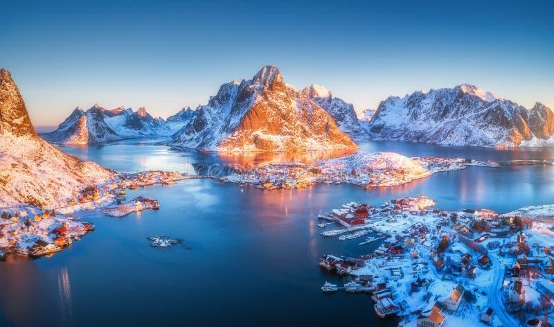 Вид с воздуха Reine на восходе солнца в зиме в Норвегии Взгляд сверху стоковые изображения rf
