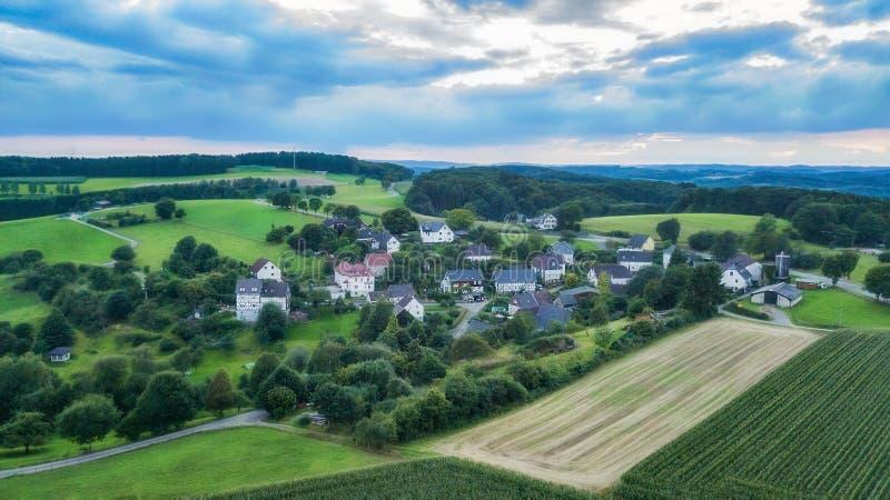 Вид с воздуха Schemmerhausen в графстве Reichshof в Германии стоковые фотографии rf