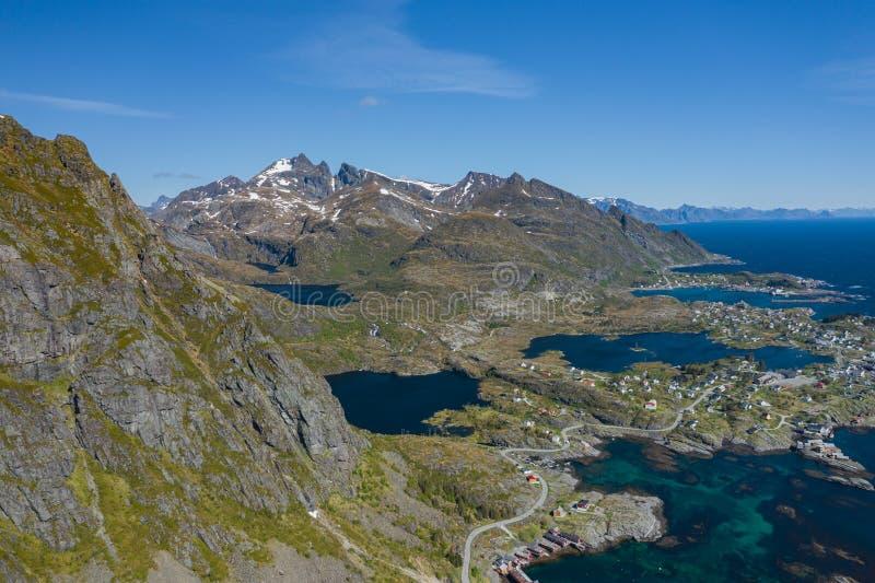 Вид с воздуха Tind Острова Lofoten r Рыбацкий поселок Reine Время весны в Nordland r r стоковое фото rf