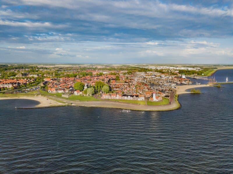 Вид с воздуха Urk со своим маяком, небольшой прибрежной деревней на IJsselmeer стоковое изображение