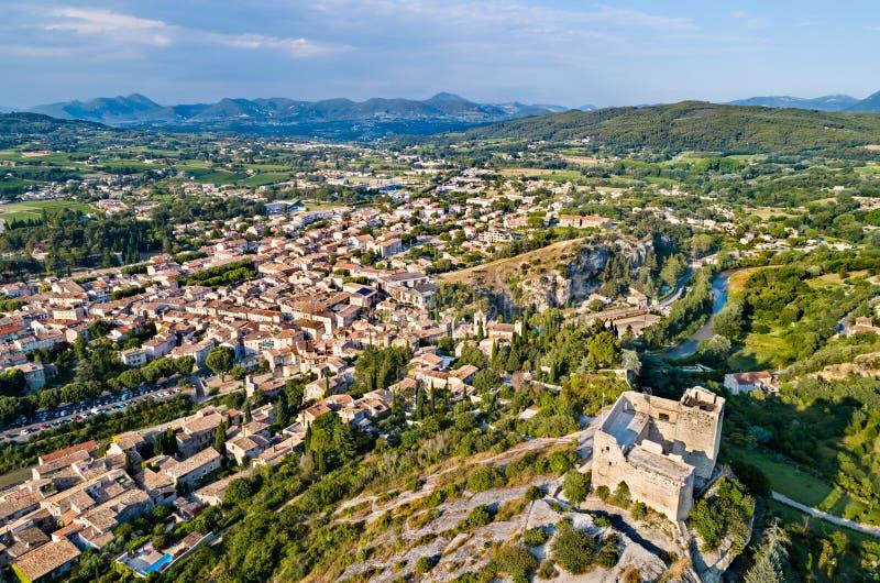 Вид с воздуха Vaison-Ла-Romaine со своим замком Франция Провансаль стоковое изображение rf