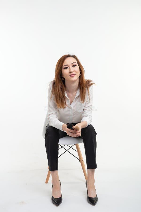 Визажист, красота и концепция косметик - корейский женский художник макияжа с щетками макияжа на белой предпосылке стоковые изображения