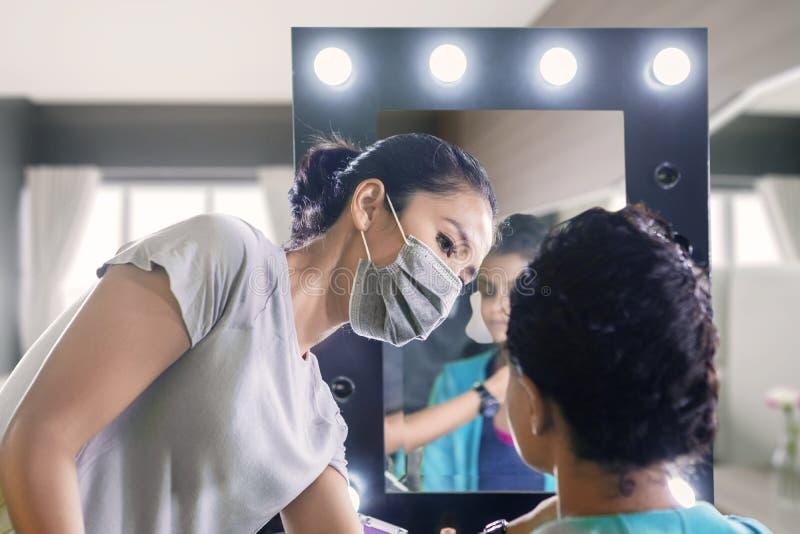 Визажист подготавливает ее клиента перед свадьбой стоковые изображения rf