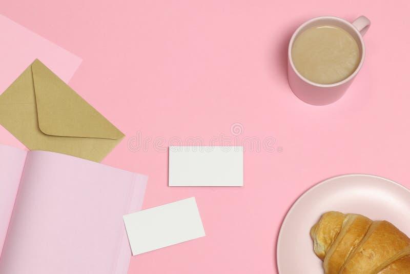 Визитные карточки модель-макета на розовой предпосылке стоковое изображение rf