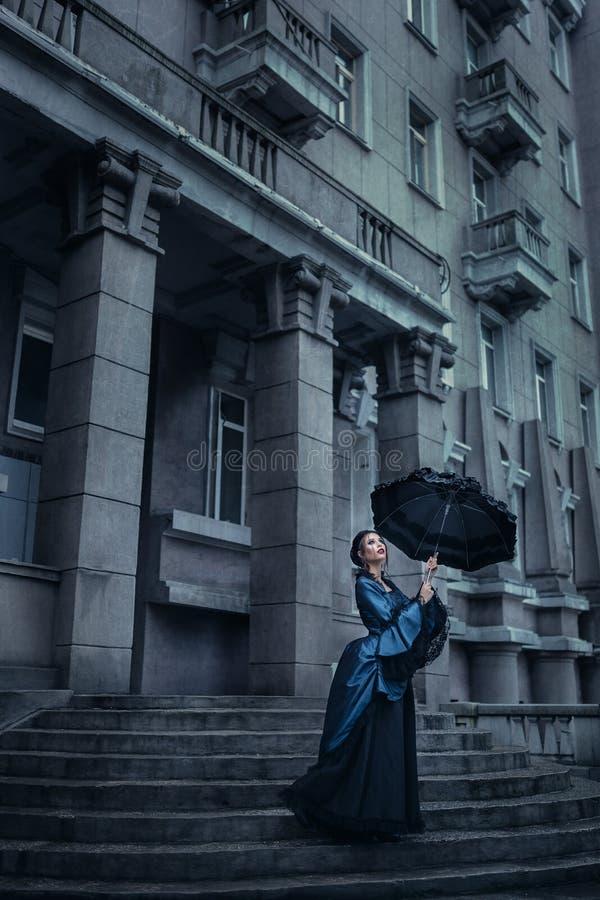 Викторианская дама в сини стоковое изображение