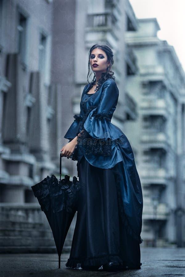 Викторианская дама в сини стоковые изображения rf
