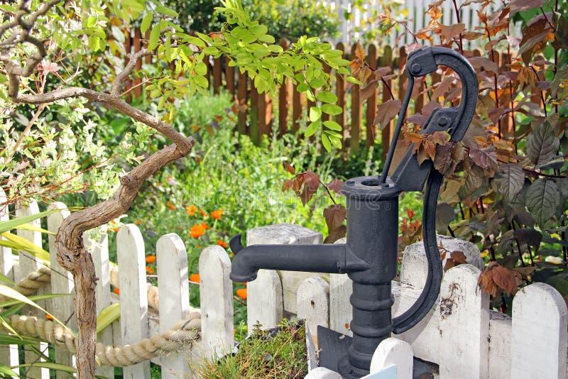 Викторианская водяная помпа сада коттеджа стоковые фото
