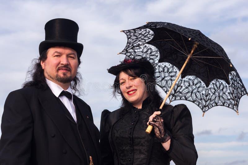 Викторианские пары с парасолем стоковое фото