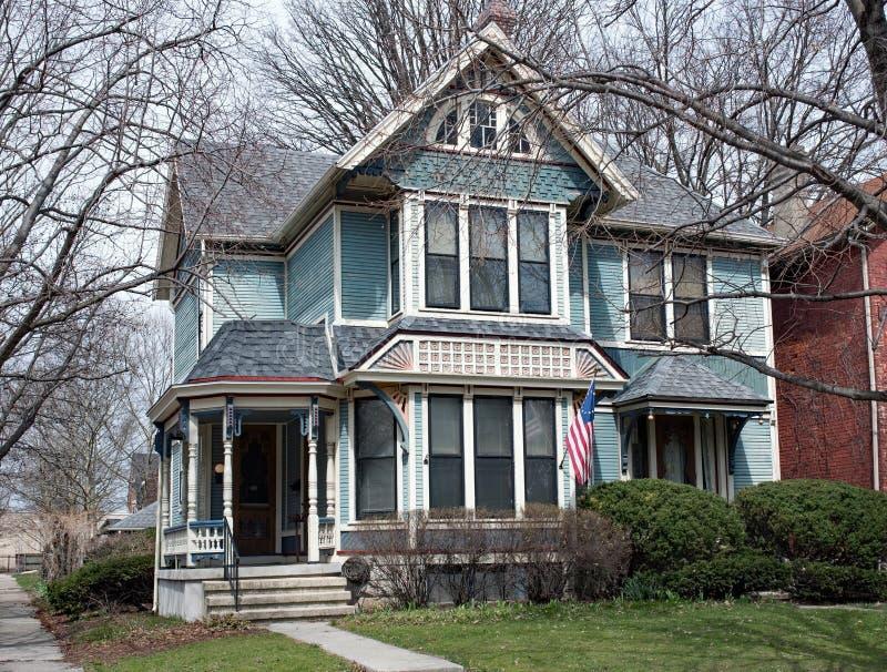 Викторианский голубой дом с розовыми акцентами стоковые изображения rf