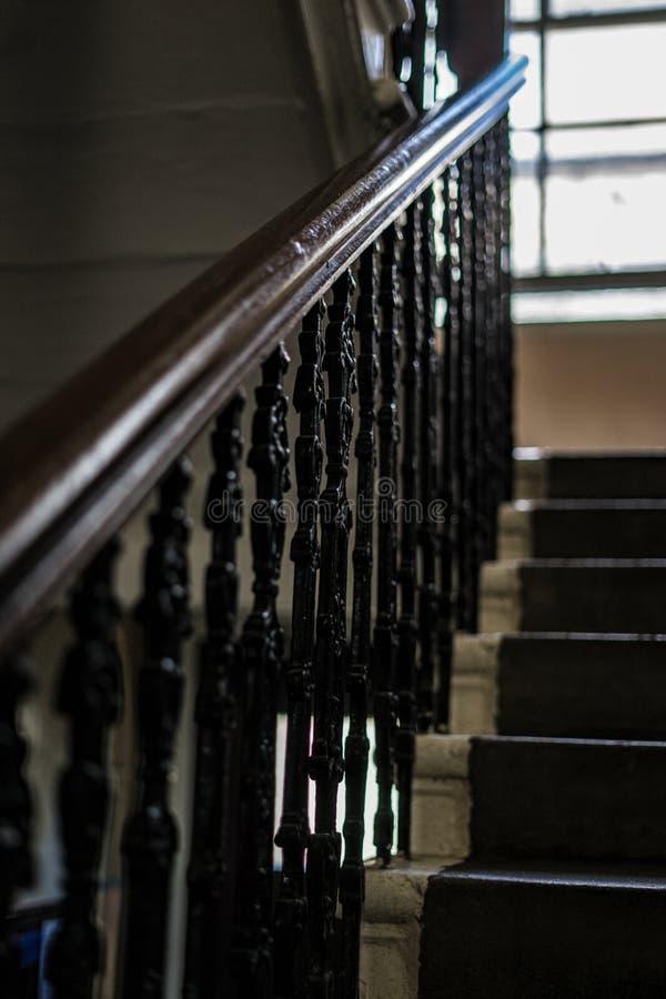 Викторианский поручень на лестницах арендуемой квартиры стоковые фотографии rf