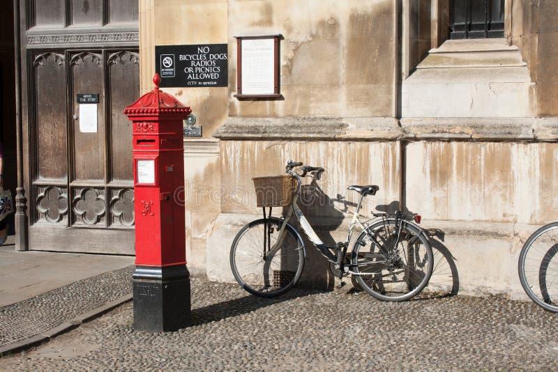 Викторианский postbox с велосипедом вне королей Коллежа стоковые фото
