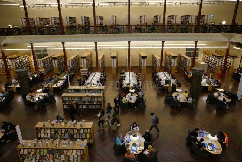 ВИКТОРИЯ, МЕЛЬБУРН, АВСТРАЛИЯ, апрель 2019 года, люди в Государственной библиотеке стоковое фото